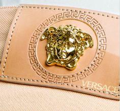 etiqueta de cintura para jean grabada, con aplique Versace.