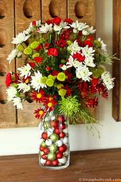 Easy DIY Flower Arrangement -- creating a custom floral arrangement for any occasion is easy with this simple step-by-step process for filling a vase, using wet floral foam, and placing flowers. Perfect for the holidays and beyond! Christmas Flower Arrangements, Flower Arrangements Simple, Christmas Flowers, Christmas Centerpieces, Floral Centerpieces, Christmas Decorations, Christmas Tables, Deco Floral, Floral Foam