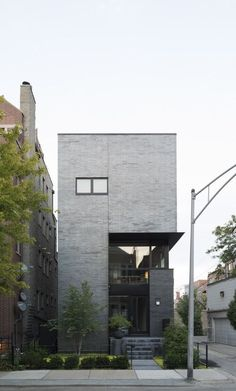 Completed in 2017 in Chicago, United States. Images by Michael Vahrenwald / ESTO. In Chicago's East Village, on a lot next to a south-facing alley, the Cut Triplex townhouse balances privacy and openness, maximizing the narrow but. Townhouse Exterior, Modern Townhouse, Townhouse Designs, Design Exterior, Facade Design, Modern Exterior, Contemporary Landscape, Contemporary Architecture, Landscape Design