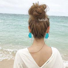いつものヘアアレンジに夏らしいヘアアクセサリーをプラスするとグンと美人度がアップします。そこで今回は夏におすすめのヘアアクセサリーとヘアアレンジをご紹介します。