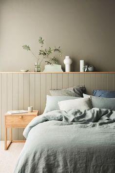 Um cômodo aconchegante vai além de uma boa cama e milhares de cobertores Bedroom Wall Colors, Bedroom Green, Home Decor Bedroom, Design Bedroom, Diy Bedroom, Bedroom Interiors, Bedroom Wall Designs, Green Bedding, Bedroom Signs