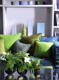 Des coussins en lin lavé, gris et vert, et de la verdure