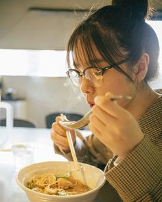 @唐田えりか: @mini_tkj 発売中 今月も連載「それいけ!ラーメン部」と ファッションページにも居るので、是非みてね 毎度幸せな撮影を感謝感激です そして本日も #ラー... - Moe Zine Ap Drawing, Food Drawing, Human Reference, Photo Reference, Art Reference, Aesthetic Food, Aesthetic Girl, Ramen, People Eating