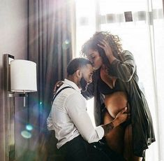 20 Stunning Black Maternity Photoshoots In light of Beyonce's belly bump making headlines (from her symbolic maternity shoot to her powerful Grammys performance), we have decided to do a roundup of black maternity photos across soc… Maternity Session, Maternity Pictures, Pregnancy Photos, Baby Pictures, Couples Maternity Photography, Couple Maternity, Early Pregnancy, Family Pictures, Maternity Dresses