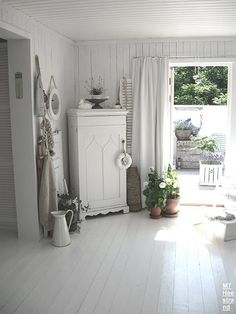 A decorative Provence style entrance - Shabby Chic Estilo Shabby Chic, Shabby Chic Style, Interiores Shabby Chic, Estilo Country, Provence Style, Cottage Living Rooms, White Rooms, Shabby Chic Homes, White Houses
