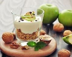 The crunch of the granola mixed with the sweetness of the apple combines perfectly with the creamy Greek yogurt to give you an amazing breakfast. Greek Yogurt Parfait, Vegetarian Recipes, Healthy Recipes, Healthy Food, Snacks Saludables, Valentine Desserts, Cold Desserts, Kefir, Smoothie Bowl