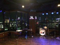 全面ガラス張りのビルの19階の角に位置するLive Juke、19階からの広島の街と海の眺めを背景にライブを楽しめる凄い場所。 Schroeder‑Headzさんは広島港に落ちる夕日をバックにオシャレなオトナの音楽。痺れました。