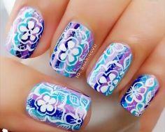 Base de rayas de coles en tonos morados y azules.... Con decoración de sello de flores en color blanco...