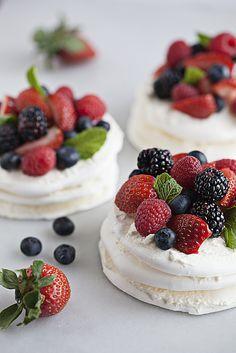 Pavlova- Sweet lightly crisp meringue-based dessert with homemade whipped cream and fresh fruit topping. Meringue Desserts, Blue Desserts, Desserts To Make, Mini Desserts, Delicious Desserts, Dessert Recipes, Easy Fruit Desserts, Meringue Food, Meringue Pavlova