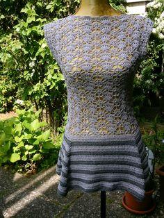 Häkel-Tunika, hell-grau + dkl.-grau, mit Schößchen von Meine Strickerei auf DaWanda.com
