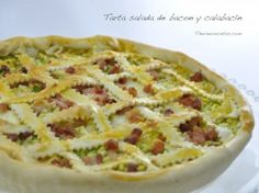 Os enseñamos a hacer una tarta salada de bacon, calabacín y queso, con una facilísima masa de vino y aceite de oliva que sirve como base.