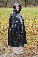 Gumpla-Cape im Regen (Klepperstefan) Tags: vintage rubber cape raincoat rainwear mackintosh 60er 50er klepper raincape regenmantel kleppermantel regencape gummimantel kleppercape gummicape rubbercape rubbercoat regenbekleidung