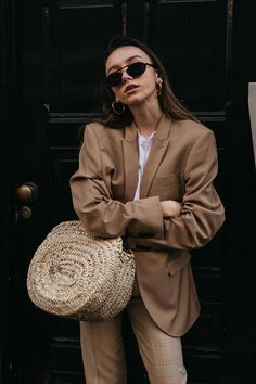 How to wear masculine camel blazer with straw bag 90s fashion style trend fashion blogger outfit ideas