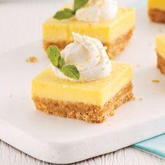 The Best Homemade Lemon Bars - lemon desserts Lemon Desserts, Köstliche Desserts, Healthy Dessert Recipes, Summer Desserts, Baking Recipes, Delicious Desserts, Cake Recipes, Biscuits Graham, Vegan Ice Cream