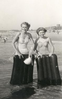The good old days of hiring lilo's to catch the waves on North Beach! Vintage Photographs, Vintage Photos, Beach Blanket Bingo, Retro Fashion, Vintage Fashion, From Here To Eternity, Bikini Underwear, North Beach, Bathing Beauties