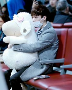 Yixing and his giant sheep are so cute together~ Baekhyun Chanyeol, Yixing Exo, Exo Chen, Lay Exo, Changsha, Luhan And Kris, Kim Minseok, Exo Ot12, Fandom