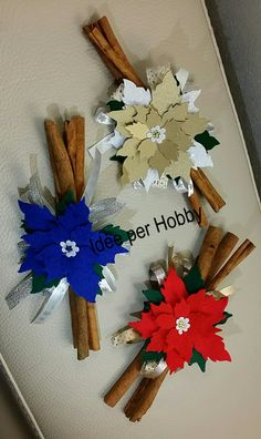 #Stelle di Natale in feltro e pannolenci/  Bastoncini di cannella Xmas Decorations, 4th Of July Wreath, Quilling, Diy And Crafts, Gift Wrapping, Wreaths, Hobby, Aurora, Cinnamon