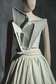 Hussein Chalayan, S/S 2000 - Collection Mode et Textile © Les Arts Décoratifs, Paris Hussein Chalayan, Moda Cyberpunk, Cyberpunk Fashion, Runway Fashion, Fashion Art, Vintage Fashion, Fashion Design, Emo Fashion, Gothic Fashion