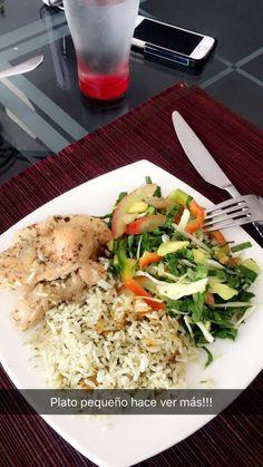 Almuerzo: arroz de cilantro con pechuga de pollo-vino blanco- y ensalada de espinaca, tomate, cebolla, repollo. aderezo: aceite de oliva, sal marina y limon!