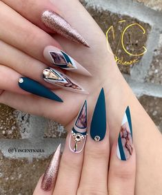 Stiletto nail art design is one of the classic nail shapes. Stiletto nails are also known as claw nails. With a larger surface, our nails can be very creative. Stiletto nails look more sexy and attractive than regular long nails. The Stiletto nail de Best Acrylic Nails, Acrylic Nail Designs, Nail Art Designs, Nail Swag, Stiletto Nail Art, Coffin Nails, Fire Nails, Glam Nails, Beauty Nails