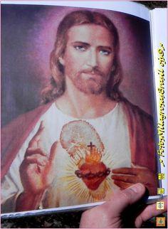#JUNHO/MÊS DO SAGRADO CORAÇÃO (A IMAGEM DO SAGRADO CORAÇÃO VERTE SANGUE no TEXAS)-Uma família latino-americano em Austin, Texas, venerava esta cópia da imagem do Sagrado Coração. No quadro o Coração de JESUS COMEÇOU A SANGRAR em 11 de janeiro de 1991._:-A mancha de sangue é visível sobre o coração. A família chamou o Frei Fred Underwood para investigar. O FREI depois dos testes positivos passou a acreditar no SINAL tido por milagroso. A IMAGEM está exposta na Igreja de San Jose.