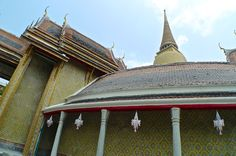 The #chedi rising from the courtyard behind the circular building.  #WatRatchabophit #temples #Bangkok #pagoda #travel