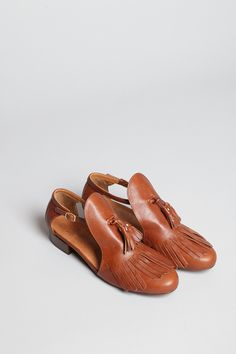 Low Heel, Tassel shoes in cognac. These are adorable! Sock Shoes, Shoe Boots, Shoes Sandals, Pretty Shoes, Beautiful Shoes, Crazy Shoes, Me Too Shoes, Dream Shoes, Look Fashion