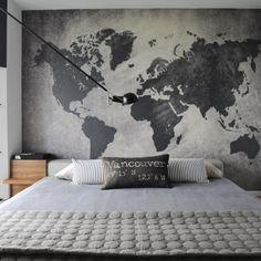 Quarto com papel de parede de mapa-múndi cinza