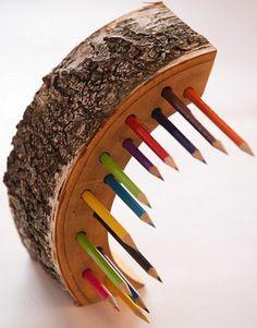 pot-crayon-bois-en-forme-de-lune-avec-des-trous-idée-de-rangement-pour-crayons-à-faire-soi-meme
