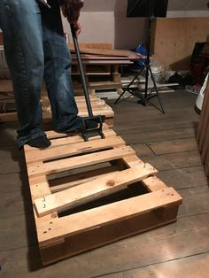 How to build pallet seating with built-in storage hidden storage. This DIY is quick, easy and super cheap! Check out the full tutorial here to build yours! Pallet Seating, Storage Bench Seating, Pallet Storage, Pallet Shelves, Pallet Benches, Pallet Cabinet, Pallet Tables, Pallet Bar, Outdoor Pallet