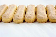 Печенье Савоярди по Дюкану -      3 яйца;     8 таблеток сахарозаменителя;     2 ст. л. перемолотых отрубей, лучше использовать овсяные;     щепотка соли;     1 ст. ложка кукурузного крахмала;     около 1 г ванилина.