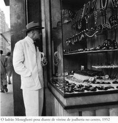 1952 - O famoso ladrão Gino Meneghetti posando diante de uma vitrine de joalheria no centro de São Paulo. Foto de Henri Ballot. Foto do acervo do Instituto Moreira Salles.