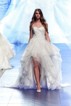 Sfilate sposa 2016: l'abito asimmetrico corto davanti e lungo dietro con strascico