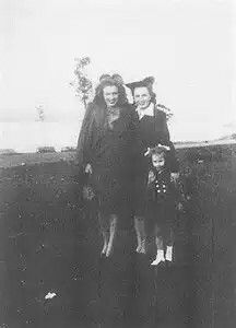 Marilyn Monroe with her half sister Bernice Miracle&her niece Mona Rae(1944)