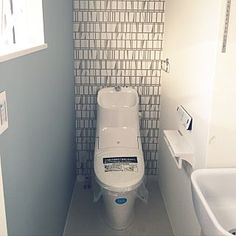 女性で、4LDKの、Bathroom/入居前/北欧/シンプルモダン/吹き抜けリビング/ブルーグレー/フィンレイソン/LIXIL/引越し準備中/新築建築中/マイホーム記録/マルチシンクについてのインテリア実例。 「2階トイレ。 フィン...」 (2017-09-18 11:31:54に共有されました) Japanese Modern, Japanese House, Modern Toilet, Toilet Design, Interior Design, Bathroom, Wallpaper, Kyoto, Home Decor