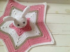 Aino ja tuhmat luistimet: Virkattu uniriepu vauvalle (& ilmoitusluontoista asiaa) Crochet Lovey, Crochet Bunny, Baby Blanket Crochet, Crochet Toys, Knit Crochet, Bunny Blanket, Lovey Blanket, Fun Projects, Crochet Projects