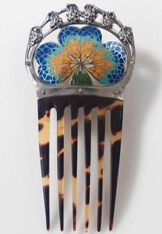 A GERMAN ART NOUVEAU SILVER, ENAMEL AND HORN COMB EXECUTED BY W. ROTHENHöFER, CIRCA 1900.