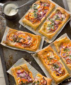 Cette superbe tarte fine aux poivrons jaunes et oranges, aux oignons rouges et à la coriandre ravira vos papilles sans pour autant être compliquée à faire.