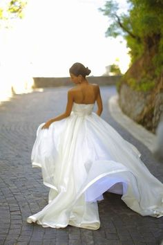 stunning wedding dress. lined silk. special day. gorgeous.