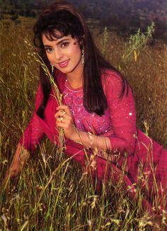 Throw back photo of juhi Chawla Most Beautiful Bollywood Actress, Indian Bollywood Actress, Beautiful Actresses, Indian Actresses, Bollywood Cinema, Bollywood Stars, Actress Pics, Old Actress, Juhi Chawla