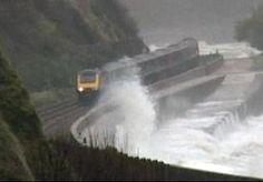 27-Oct-2013 12:53 - BRITTEN WACHT ZWARE HERFSTSTORM. In Engeland en Wales zijn miljoenen Britten gewaarschuwd voor een herfststorm die rond middernacht de zuidwestkust bereikt. Er is daar al code oranje afgegeven. De storm bereikt rond middernacht Cornwall en trekt dan over grote delen van Engeland en Wales. Er zullen zware windstoten zijn van 120 kilometer per uur die volgens Britse meteorologen lokaal veel schade kunnen aanrichten. Er wordt ook gewaarschuwd voor overstromingen;...