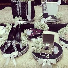 simple black and white, baby's breath hantaran Malay Wedding, Diy Wedding, Dream Wedding, Wedding Gift Wrapping, Wedding Gift Boxes, Classic Wedding Gifts, Wedding Plates, Wedding Preparation, Engagement Gifts