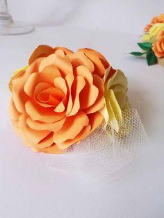 Kit com 3 arranjos de flores de papel. (topo de bolo e flores adicionais - como na foto) Decorados com tule e com base em eva para aplicação em bolos fake, maquetes ou reais.  Cor e acabamento das flores e do tule à escolha do cliente. Produto totalmente personalizado, vc escolhe cores, espécie de flores e tipo do acabamento: tule, cetim, organza e detalhes em imitação de pérolas, cristais, strass...  Medidas do arranjo: - topo de bolo: aprox. 12cm de diâmetro e 6,5 cm de altura  Composto…