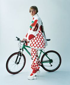 © Tim Walker - Grayson Perry in a spotty outfit with a bike Grayson Perry Art, Textiles Sketchbook, Francis Picabia, English Artists, Tim Walker, Identity Art, Fashion Art, Fashion Design, Art Club