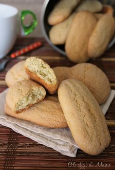 BISCOTTI DA LATTE (Puglia): classic biscuits to accompany milk, prepared in ancient times by the housewives of Salento for their families Italian Cookie Recipes, Sicilian Recipes, Italian Cookies, Italian Desserts, Italian Dishes, Italian Takeaway, Italian Pasta, Biscotti Cookies, Biscotti Recipe