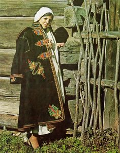 Romanian people National folk clothing (part Romanian People, Romanian Girls, Folk Clothing, Medieval Clothing, Folk Costume, Costumes, Folk Embroidery, Modern Embroidery, Embroidery Designs