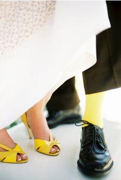 chaussures et chaussettes jaunes