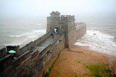 Chinese Muur -  Het oostelijke einde van de muur bij Chanhaiguan met een lengte van 8.850 km, waaronder aan 359 km verdedigingslinies en 2.232 km aan natuurlijke grenzen zoal rivieren, heuvels en bergen.