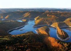 """Nationalpark in Nordrhein-Westfalen – Eifel  Nur 65 Kilometer südwestlich von Köln liegt der  <a href=""""http://www.nationalpark-eifel.de/"""" target="""""""" rel=""""nofollow"""">Nationalpark Eifel</a>. Ob zur Ginsterblüte, zur Hirschbrunft oder zur Blütezeit gelber Wildnarzissen – der verhältnismäßig junge Nationalpark ist zu jeder Jahreszeit eine Reise wert. Ein besonderer Tipp ist der Wildnis-Trail: In mehreren Tages-Etappen führt er einmal quer durch das Schutzgebiet."""