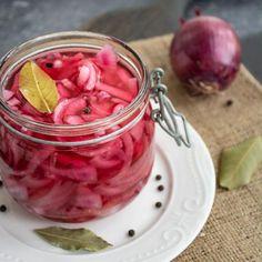 Ceapă roșie murată în oțet. Aromată și crocantă. | Bucate Aromate Romanian Food, Pickled Onions, Pickles, Cooking Recipes, Canning, Vegetables, Foods, Fine Dining, Salads